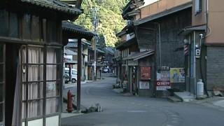 見通せないように曲がりくねった今庄宿の街道