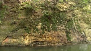 人力で掘られた浦見川の岩壁