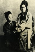 山川登美子(左)と与謝野晶子(山川登美子記念館蔵