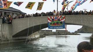 寒中の運河に飛び込む男たち