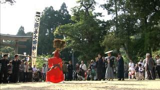彌美神社の境内で奉納される王の舞(5月1日).