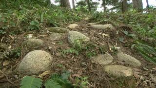 山頂まで運ばれた川原石